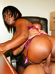 Black chick bounces her big brown ass